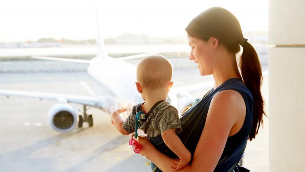 آیا سفر هوایی برای نوزاد بی خطر است؟ چیزهایی که باید قبل از پرواز نوزاد با هواپیما بدانید