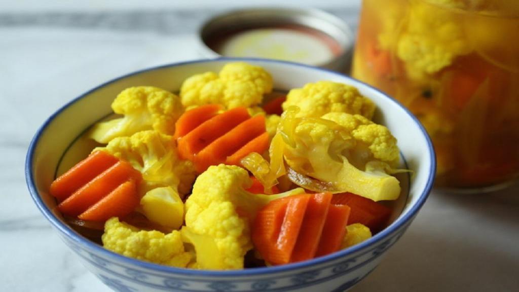 طرز تهیه ترشی گل کلم خانگی مخلوط خوشمزه با هویج و کرفس