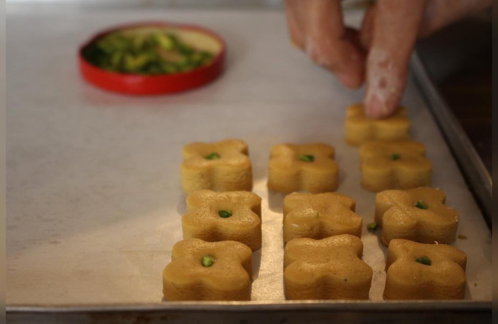 طرز تهیه شیرینی نخودچی مجلسی مخصوص عید