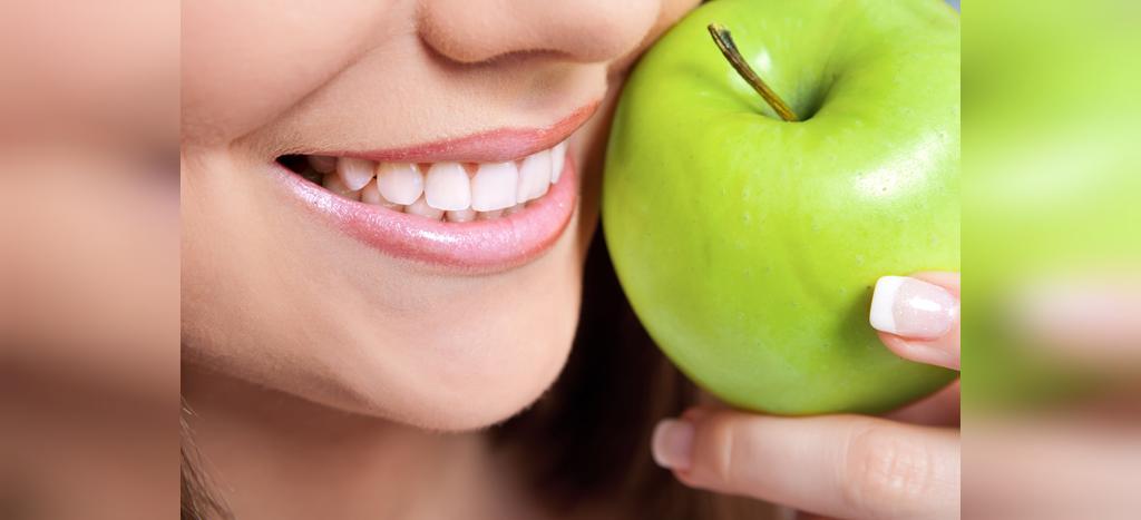 جلوگیری از پلاک دندان با سیب سبز