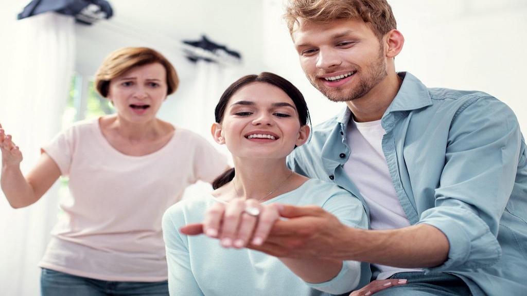 آموزش روش ها و نکته های کلیدی رفتار با مادر شوهر و رموز ارتباط با او