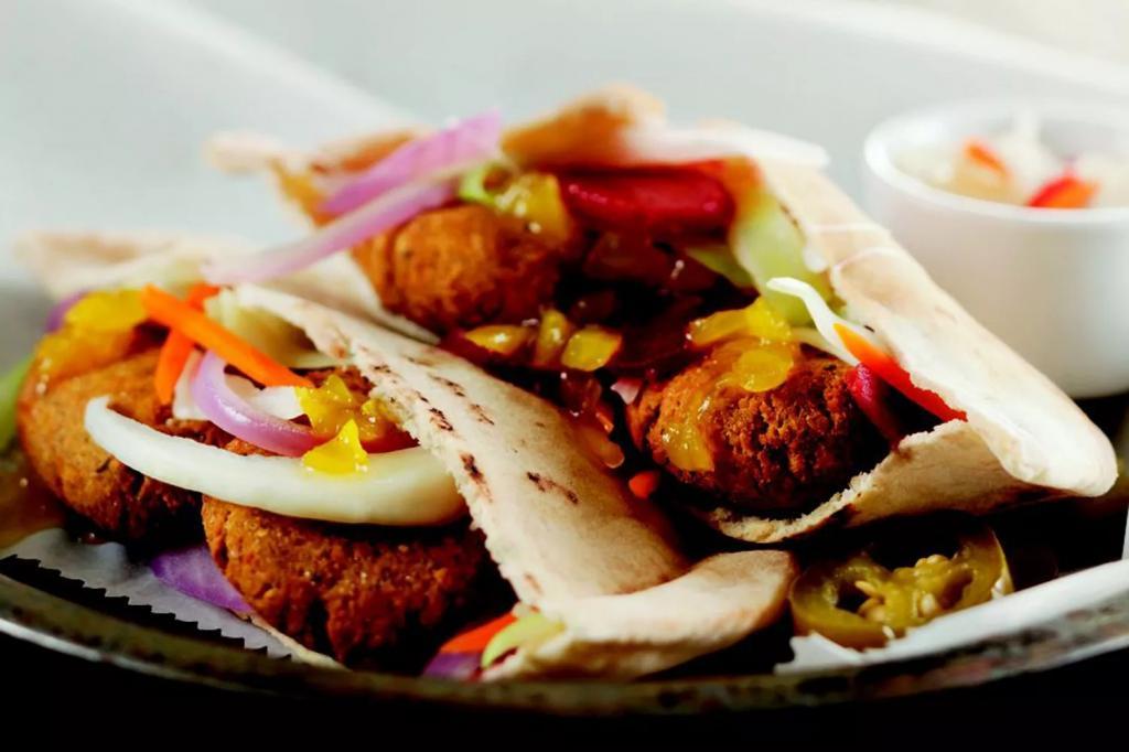 ساندویچ گیاهی فلافل الن با ترشی سبزیجات و ماست لیمو نعنایی