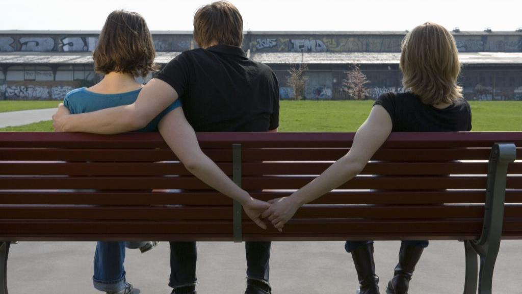 آیا زنم هم جنس گراست؟ 15 علامت هشدار دهنده زنان هم جنس باز