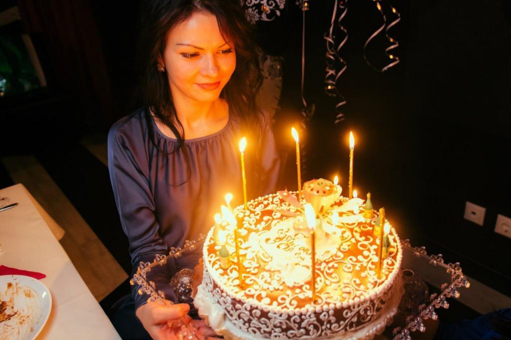 ژست ساده عکس تولد دخترانه با کیک