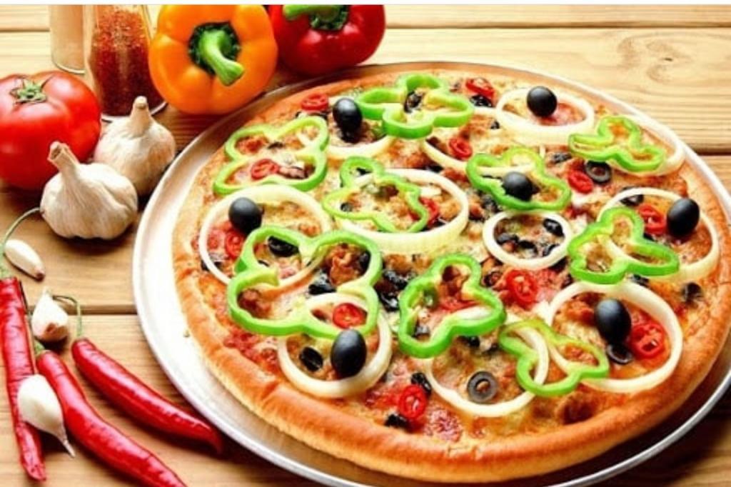 مواد لازم و طرز تهیه پیتزا گوشت و قارچ خانگی