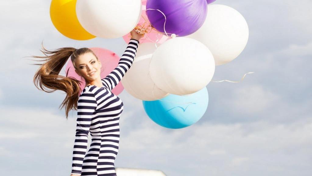 ژست عکس تولد دخترانه بزرگسال لاکچری با کیک در طبیعت و خانه