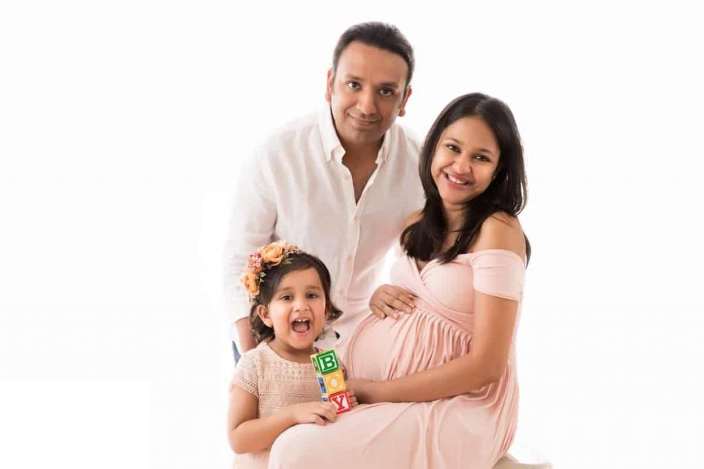 ژست عکس بارداری سه نفره خانوادگی در آتلیه