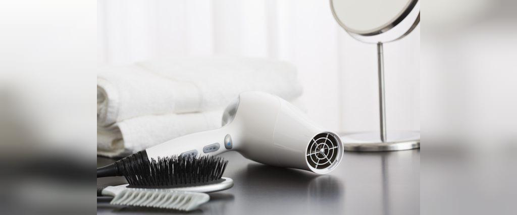 تمیز کردن کثیفی ها و گرد و غبار در سشوار با گوش پاک کن