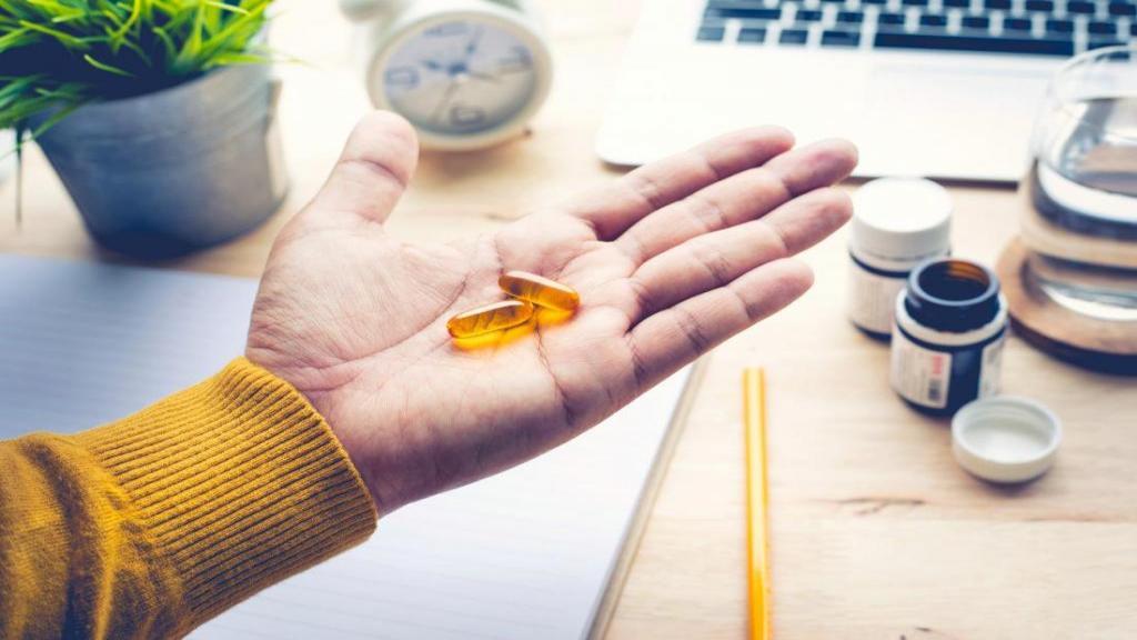 چه مقدار امگا 3 بایستی در روز مصرف نمایید؟ خواص و مضرات مصرف امگا 3 و دوزهای مکمل های آن