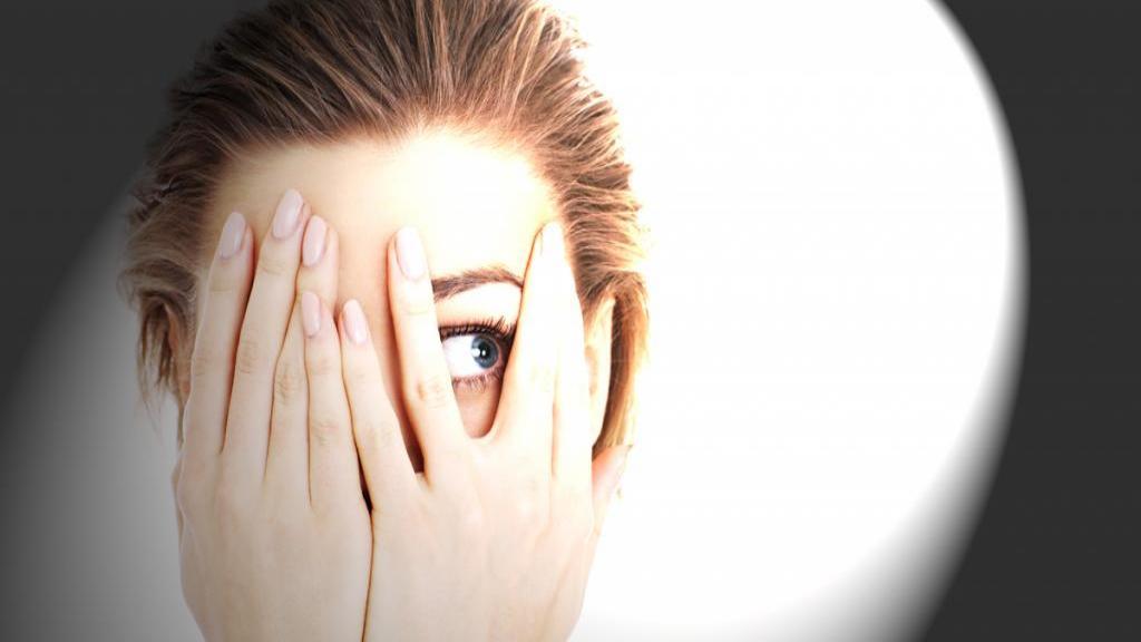 فتوفوبیا یا نور هراسی چیست؟ علل؛ راه های تشخیص و درمان (حساسیت به نور)