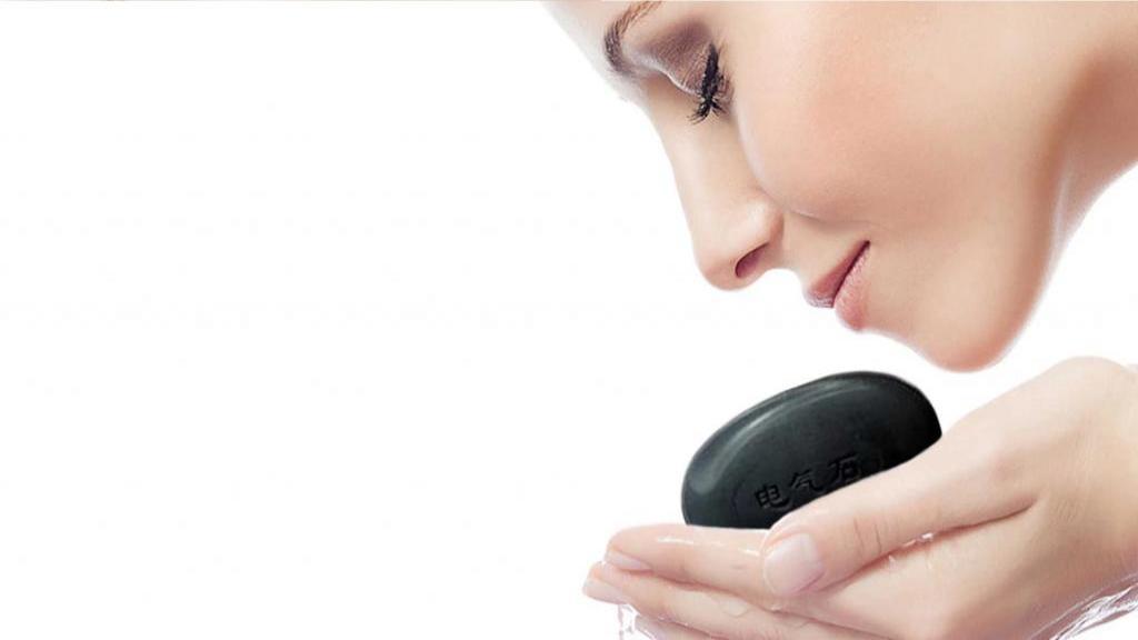 10 فایده و کاربرد صابون زغال فعال برای سلامتی پوست و مو
