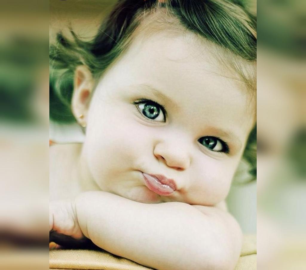 تصویری از نی نی دختر کوچولو با چشم های رنگی