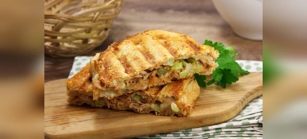 ساندویچ تن ماهی با پنیر