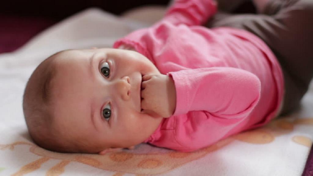 دلایل مکیدن انگشتان در نوزادان و چگونگی برخورد با آن