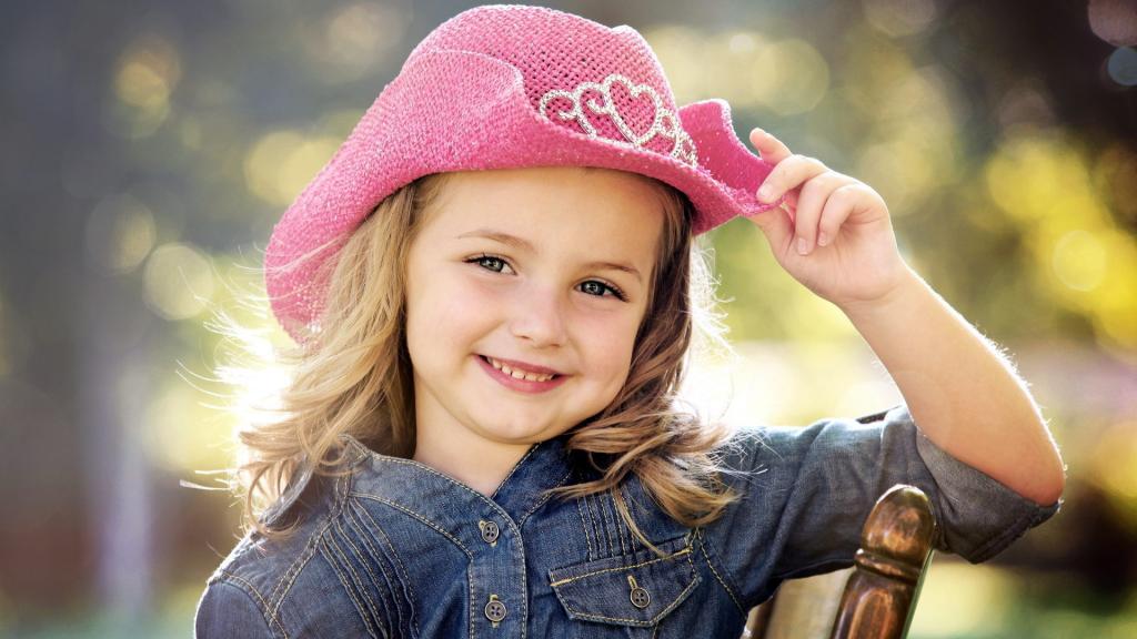 ژست عکس شاد دخترانه در طبیعت