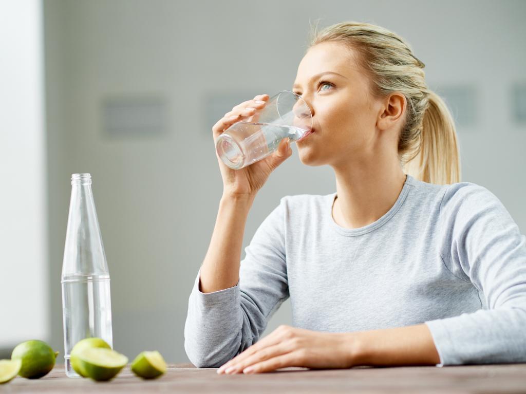 نوشیدن آب برای درمان بی خوابی