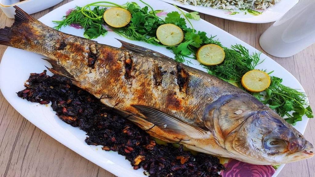 طرز تهیه ماهی شکم پر جنوبی مجلسی و خوشمزه با تمر هندی در فر