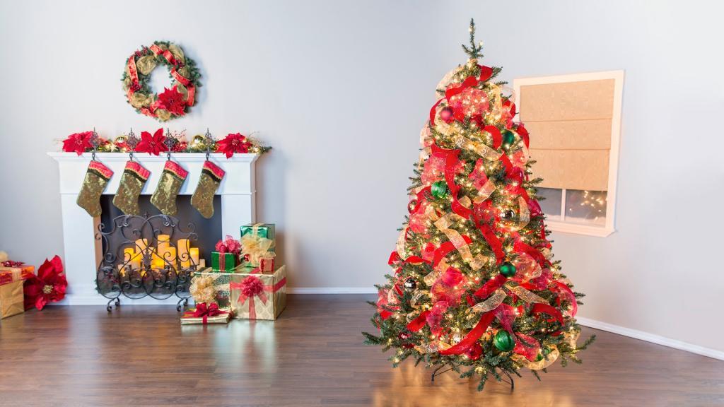 عکس درخت کریسمس با کاج بزرگ و روبان