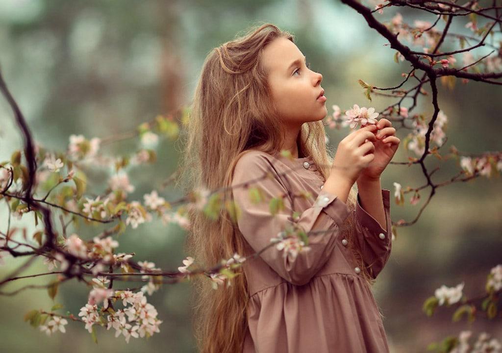 عکس دختر بچه در بهار