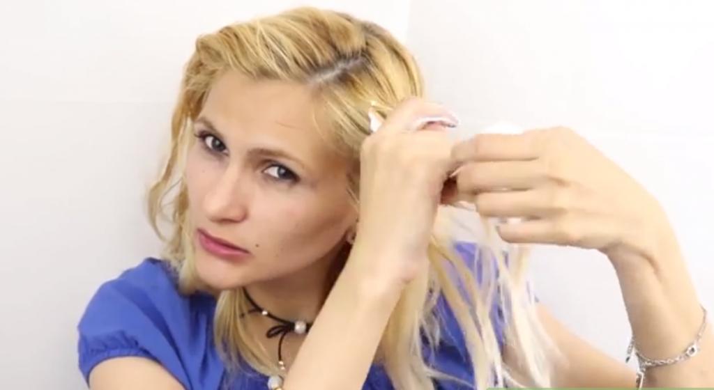 برای حالت دادن موها موهایتان را دسته دسته کرده و موس را به ریشه موهایتان بمالید