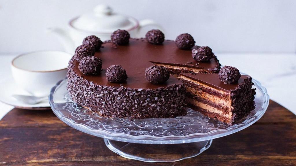 طرز تهیه کیک کاکائویی [شکلاتی] ساده خانگی خوشمزه با سس گاناش