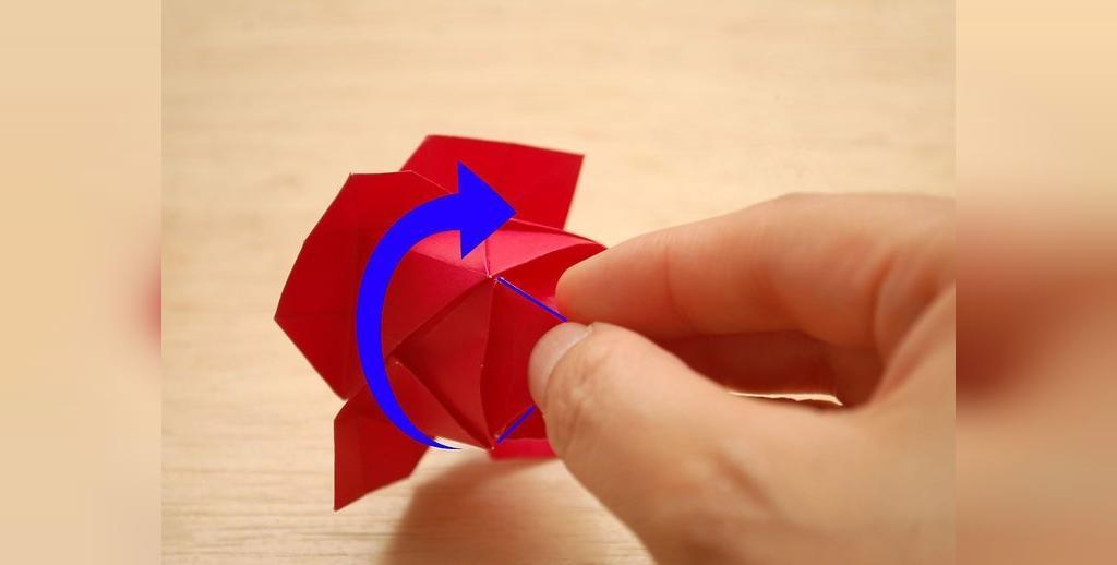 ساده ترین شیوه تهیه گل رز کاغذی