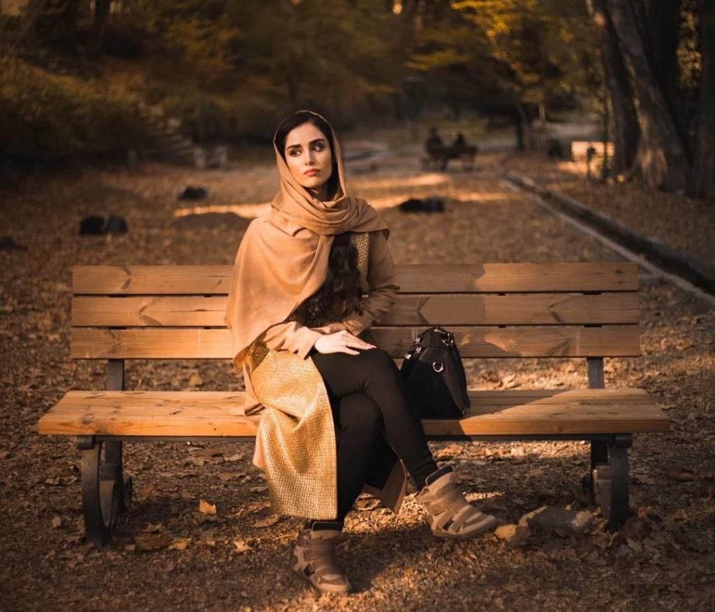 ژست عکس پاییزی دخترانه با حجاب