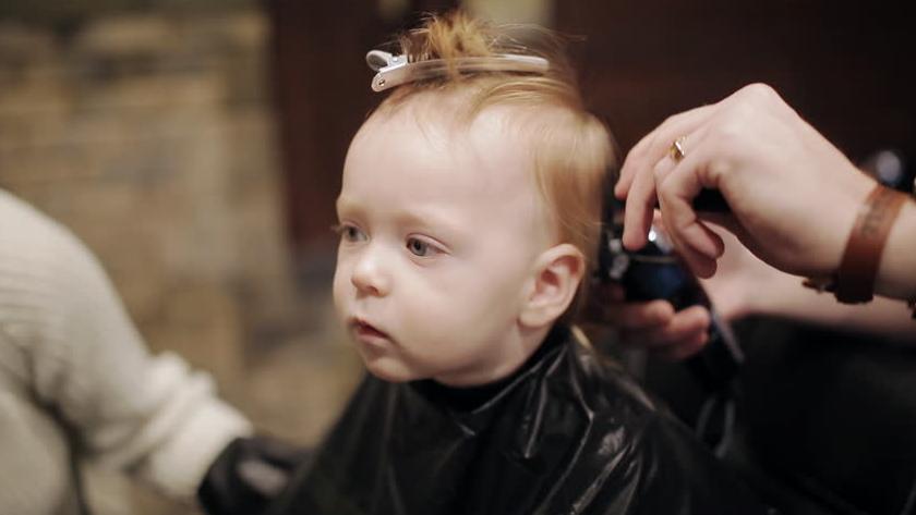 زمان مناسب برای کوتاه کردن موی کودک و نوزاد + نکات مهم