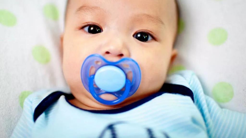مزایا و مضرات استفاده از پستانک در نوزادان و زمان و روش مناسب ترک عادت مکیدن پستانک