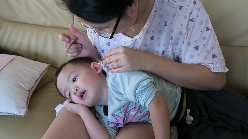 چه عواملی باعث ایجاد موم گوش در نوزادان می شود؟