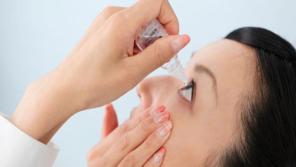 قطره های اشک مصنوعی: کاربرد، روش استفاده، عوارض و تداخلات دارویی آن