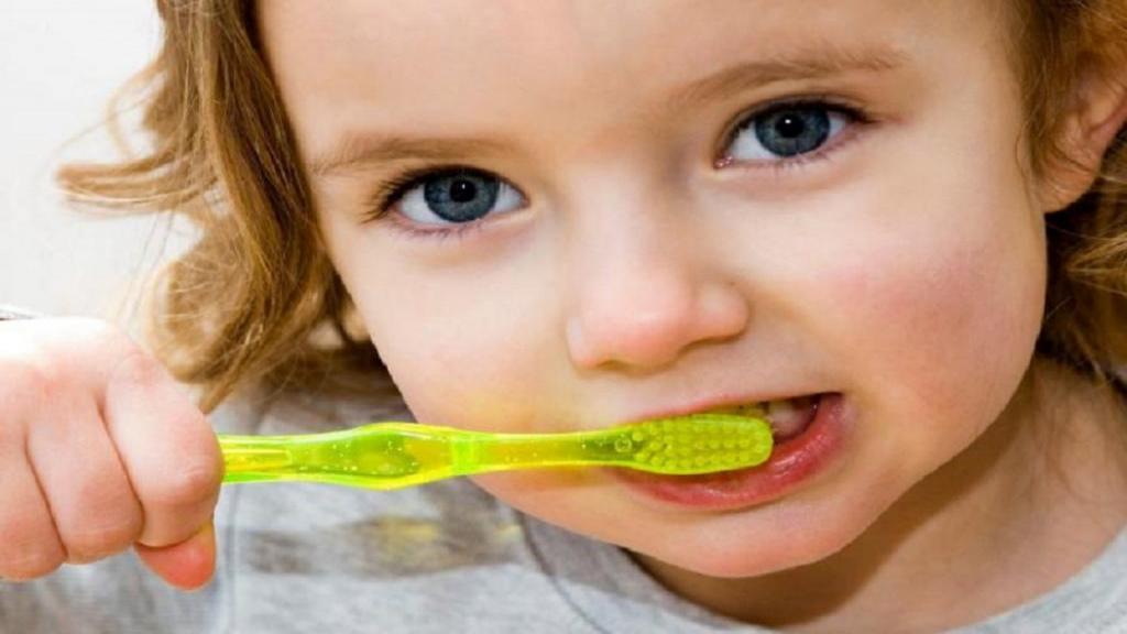 7 راهکار ساده و سرگرم کننده برای تشویق و علاقمند کردن کودک به مسواک زدن