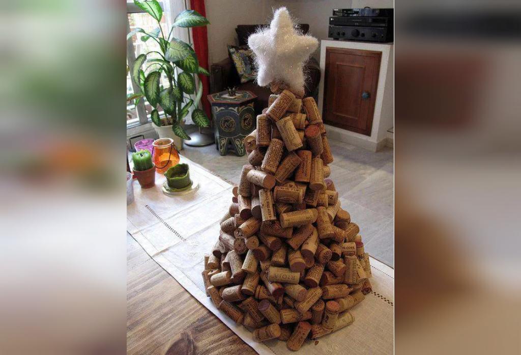 تزیین درخت کریسمس بازیافتی با چوب پنبه های بطری