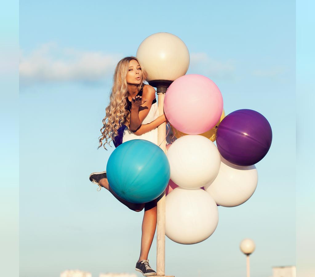 ژست تصویر تولد دخترانه با بادکنک در فضای باز