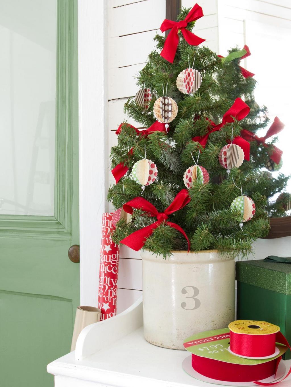 تزیین درخت کریسمس با وسایل ساده در خانه