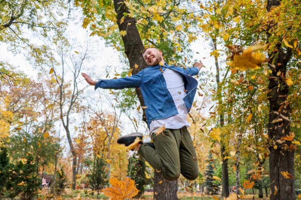 ژست عکس پر هیجان پسرانه در طبیعت پاییزی