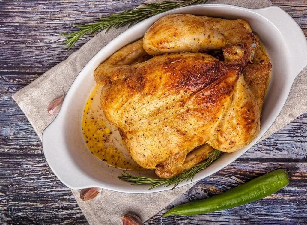 پر کردن شکم مرغ قبل از برشته کردن آن