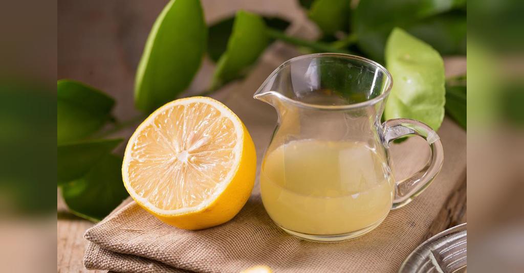 درمان خانگی خشکی و ترک لب با آب لیمو