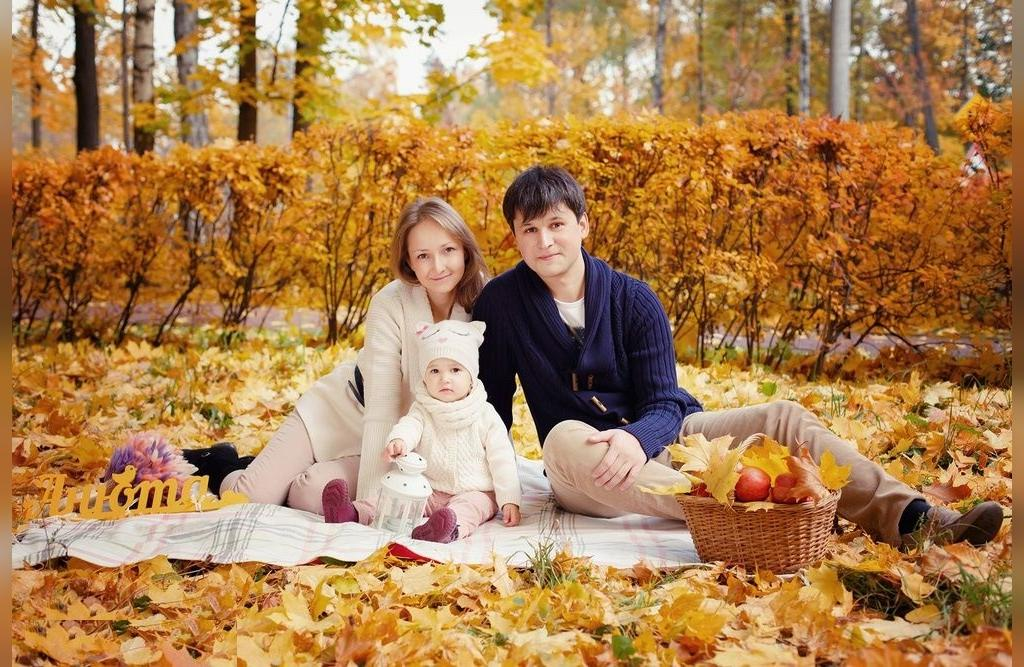 عکس ژست خانوادگی در طبیعت پاییزی