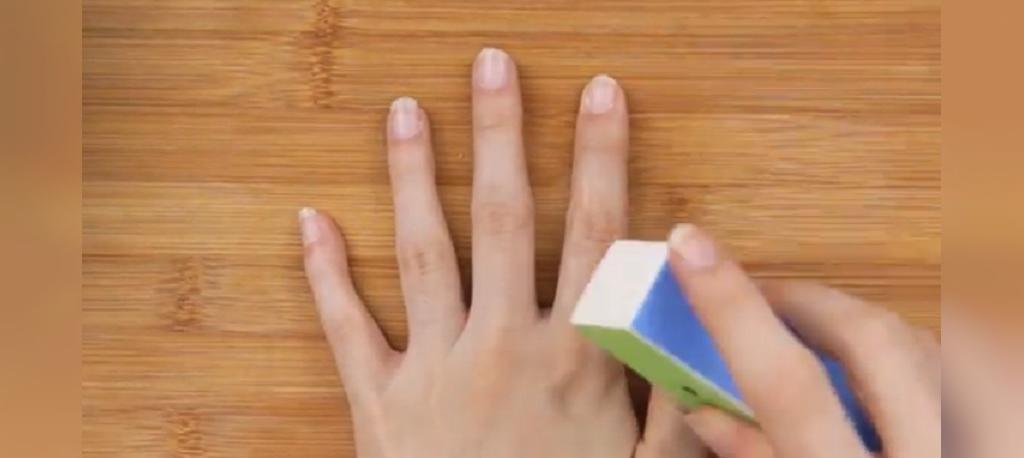 رای از بین بردن هر گونه چسب و رنگ اضافی، از یک سوهان ناخن استفاده کنید