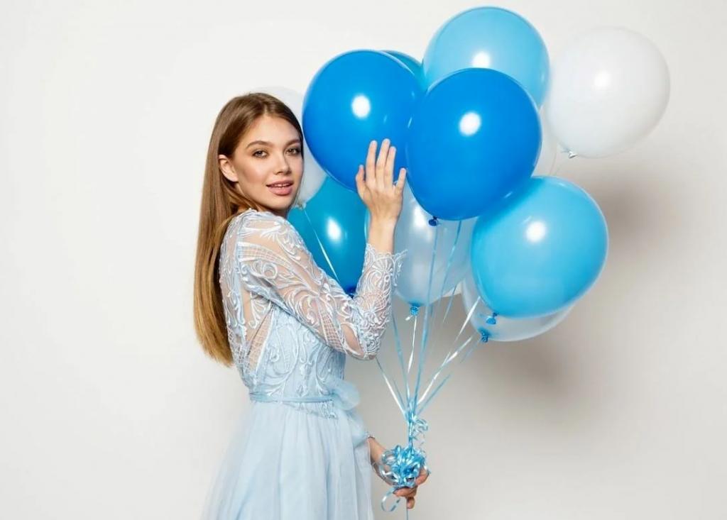 ژست خاص عکس تولد دخترانه با بادکنک در خانه