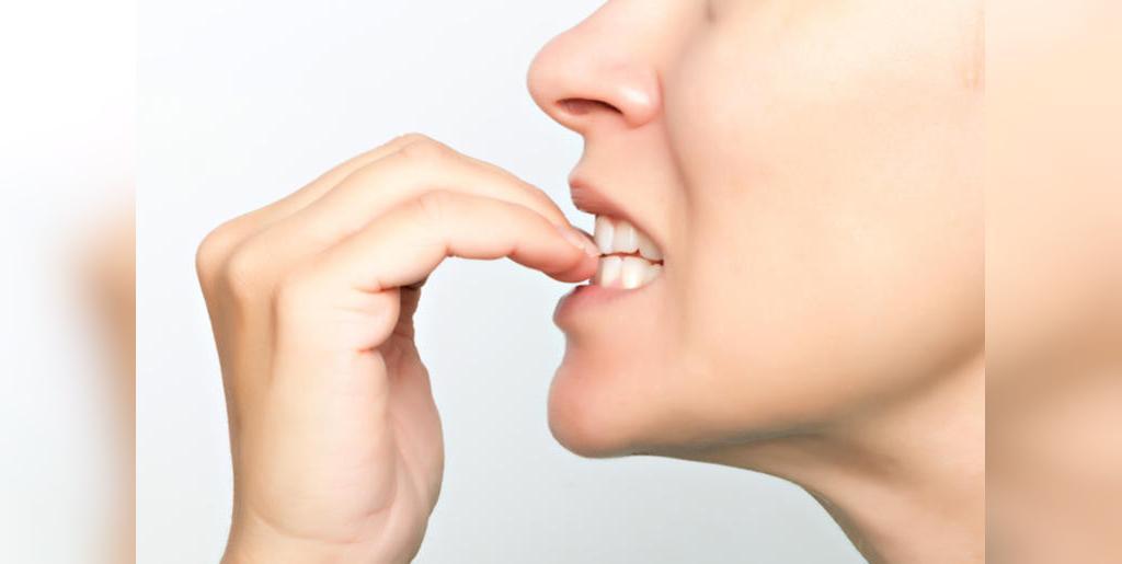 جویدن ناخن ها و آسیب به دندان ها