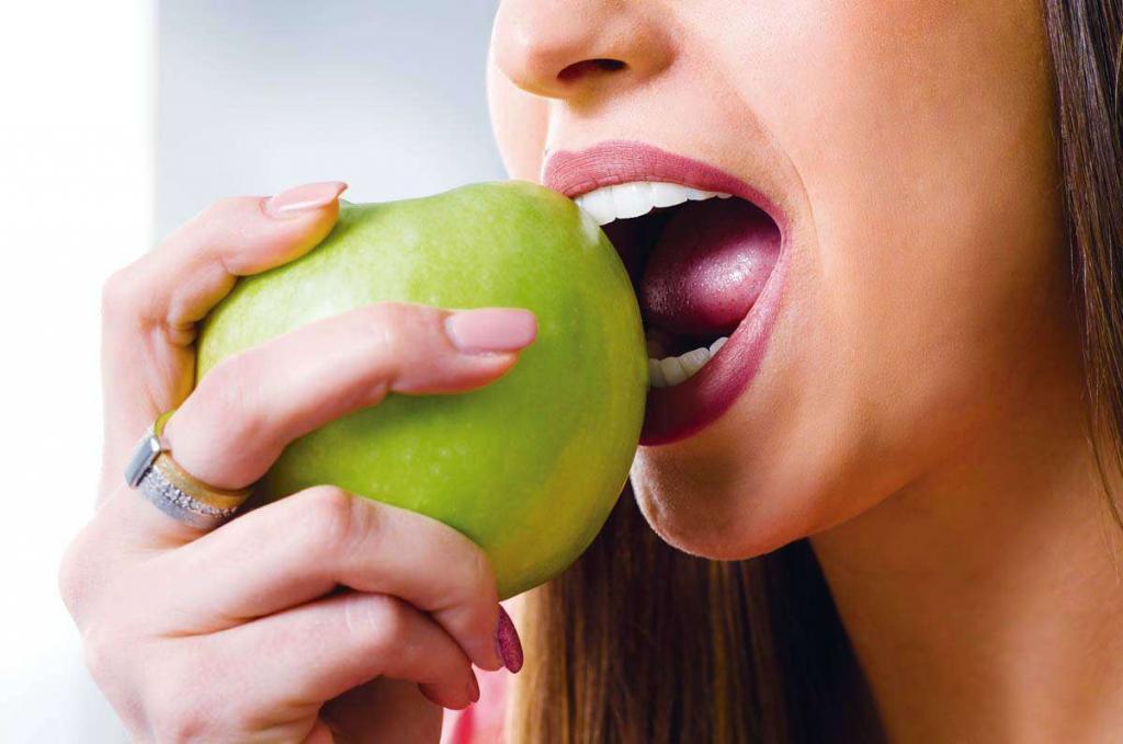 درمان مشکلات دهان با سیب زرد