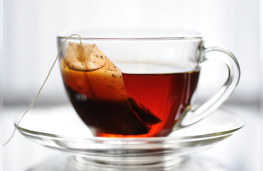 درمان ورم انگشتان دست با چای سیاه کیسه ای