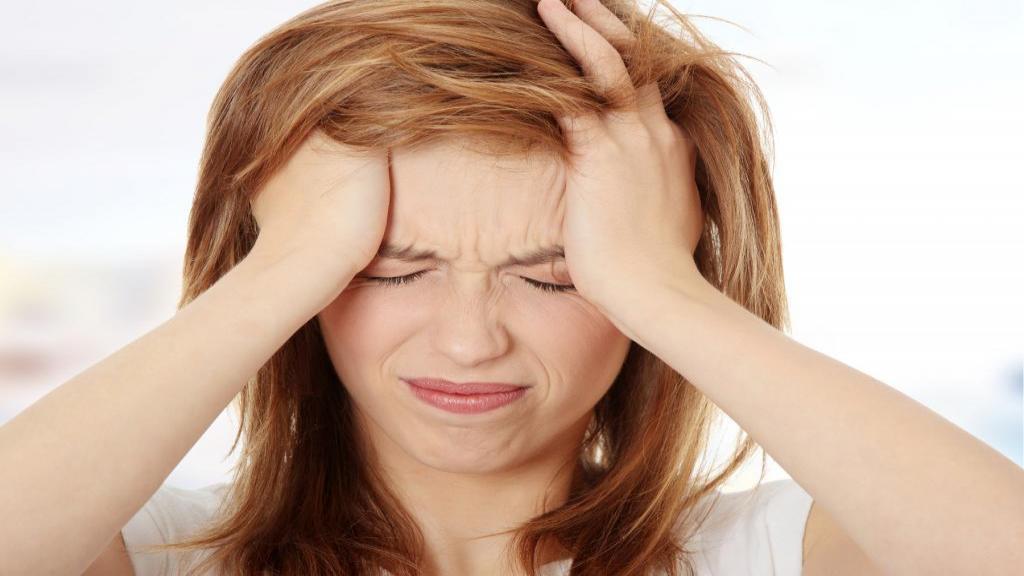 سردرد میگرنی؛ علائم، علل، درمان های خانگی، دارویی و غذاهایی که باعث میگرن می شود