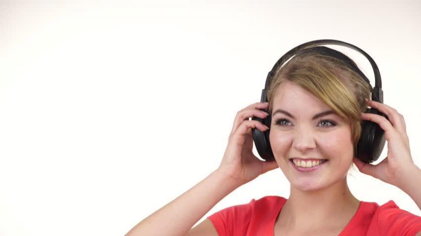 آیا گوش دادن به موسیقی حین کار موجب بهبود عملکرد می شود یا نه؟