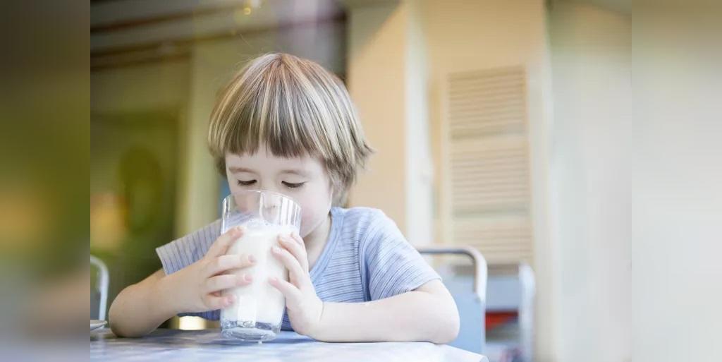 بهترین شیر (کم چرب یا پر چرب) برای کودکان چیست