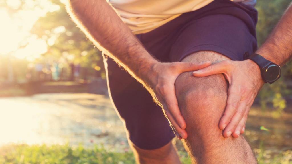 درمان زانو درد با 7 درمان خانگی و داروهای گیاهی مؤثر و آسان