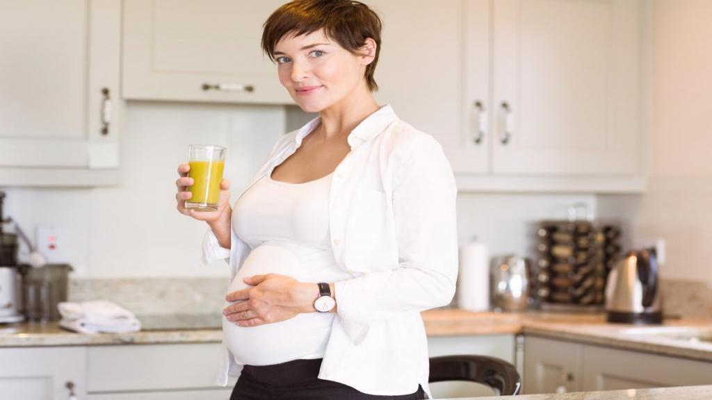 12 مورد از بهترین نوشیدنی های انرژی زا سالم و خانگی در دوران بارداری