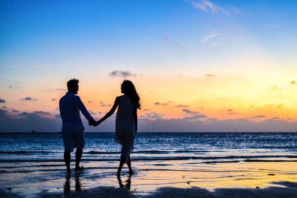 ژست عکس دونفره عروس و داماد لب دریا